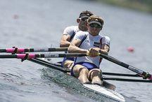 Ramer en compétition / Images du sport d'aviron en compétition, rameurs pendant l'effort, cohésion d'un bateau et puissance de l'ensemble pour aller vite et longtemps