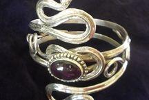 Bijoux de mariage / Présentation des différentes créations pour le compte de nos clientes à l'occasion de leur mariage. Cela couvre les bagues, bracelets de bras et tiares...