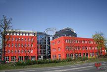 Quartier A3 / Für den Standort hat sich der Bauherr, auf die Wurzeln seines Unternehmens besonnen und den teilweise selbst genutzten Büro- und Gewerbekomplex in der kleinen Gemeinde Schwaig, nahe Nürnberg ausgewählt. Projektdaten:Baubeginn: 2008 Übergabe: 2010 Brutto-Raum-Inhalt: 42.011 m³ Brutto-Geschoss-Fläche: 10.343 m²