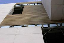Instalación de valla de madera en edificio de empresa