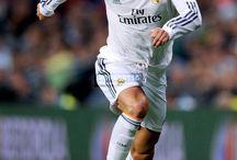 Voetbalposters / Welke kinderkamer hangt er nou niet vol met voetbalposters? Cristiano Ronaldo, Lionel Messi en Robin van Persie zullen bij veel voetballers op de kamer hangen. In dit bord vind je prachtige posters van 's werelds beste voetballers.