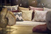 ETHNIC by Gancedo / Gancedo recupera el espíritu de lejanas culturas a través de una colección muy variada y especial. Diseños en espiga, geométricos en yute, ikats de lana, rayas, jacquard con una tira de piel entrelazada con la tela… Ethnic es la fascinación por una historia y una cultura, son telas ancestrales de textura, estampados en tonos neutros (arena, natura, beige, topo, gris…) o más cálidos (mostaza, rosado, rojo, vino…) tejidos en fibra natural de algodón, lino, yute, lana…