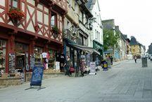 Josselin / Josselin, village étape, est situé sur la route des Ducs de Bretagne. Josselin fut fondé au 11ème siècle par le vicomte du Porhoët. Aujourd'hui, flâner au gré de ses ruelles et découvrir ses nombreuses maisons à pans de bois vous plongent dans l'Histoire, écrite aussi dans la belle pierre de la Basilique Notre Dame du Roncier, l'un des haut-lieux de pèlerinage en Bretagne. Le château des Ducs de Rohan dresse sa façade médiévale imposante au-dessus de l'Oust canalisé