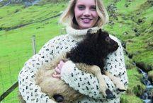 Færøsk strik / Færøsk strik er blevet et Must-have i modeverdenen. Men den færøske strikketradition er ikke et modelune. Den har dybe rødder i den vilde færøske natur, og kulturen lever godt i de utallige strikkeklubber, hvor færøske kvinder fører håndværket og de unikke mønstre videre til nye generationer.
