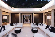 Intérieurs contemporains / Ono living vous ouvre les portes de ces villas de vacances en Grèce, Italie, Espagne et France. Bonne découverte sur www.onoliving.com
