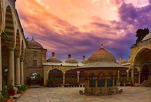Mosque court (Dzsamiudvar) / Isztambulban imádok céltalanul, vagy csak a fotózás kedvéért csavarogni.  Itt nem kellet kerülgetni senkit, annak ellenére, hogy hallani lehetett, a templom nem üres de nem is imádkoznak. Az a gondolat foglalkoztatott végig, a benntartózkodásom alatt, hogy valaki hozzám lép, és megkérdezi mit keresek itt. Nem így történt. Nyugodtan nézelődhettem, miközben az egyébként ott tartózkodók tették a mindennapi dolgukat, nem zavartuk egymást, és természetesen fotót is készíthettem.
