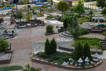 www.kivapiha.com / Erilainen puutarhamyymälä Mäntsälässä. Myymälämme  on erikoistunut erilaisten pihojen ja puutarhojen koristeluun sekä piharakentamiseen.  Ympärivuotisessa näyttelyhallissamme on esillä mm. pihakivet, patsaat, huvimajat, suihkulähdenäyttely. Kivapihalta löydät myös taimiston, kahvion ja lahjamyymälän.