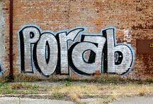 Block Letter / La finalidad de esta técnica es lograr que el graffiti sea leído con facilidad y en poco tiempo desde grandes distancias, por esto, se basan en grandes letras, gruesas, con relleno sencillo y legible.  Fuente: http://www.tiposde.org/arte/1047-tipos-de-graffitis/#ixzz4QOQdcTVK