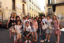 Escursioni / Grazie alla sua fortunata posizione geografica, al clima mite tutto l'anno e al mare pulito, Salerno è il luogo ideale per trascorrere una piacevole vacanza, apprezzare i ritmi sereni e stimolanti della vita all'aperto e scoprire il gusto del turismo culturale, tra la storia ed il folklore della ricca provincia salernitana.