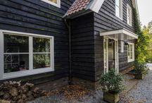 Lighthouse Living, harmonische combinatie van bouwstijlen / Om het huis te vinden moet je wel een goede aanwijzing hebben gekregen. Het lijkt even of je verdwaald bent. Maar dan zie je het huis waar je moet zijn. Ogenschijnlijk bescheiden van grootte. Zwart gepotdekseld met rode dakpannen. Passend tussen de bestaande omgeving. Eenmaal binnen ervaar je een ruim en licht huis.
