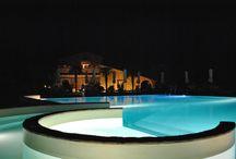 OasiMaremma - Pool / Piscina / Le case sono dotate di ogni comfort, ma lo spazio centrale del villaggio offre tutto quello che puoi desiderare per il tuo relax: una grande piscina con angoli speciali dedicati al massaggio cervicale, lettini idromassaggio ad aria e giochi d'acqua per i più piccoli.