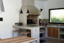Cuisines en béton ciré / Extrêmement résistant aux taches et facile d'entretien, le béton ciré Marius Aurenti est la matière idéale pour la cuisine, en neuf comme en rénovation. Appliqué sur 2mm d'épaisseur, il s'utilise sur les sols, crédences, plans de travail, éviers... Et il est garanti 15 ans sans fissuration.