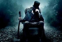 Abraham Lincoln: Cazador de Vampiros / Abraham Lincoln: Cazador de Vampiros explora la vida secreta de uno de los más importantes presidentes americanos, y la historia jamás contada que dio forma a una nación. Los visionarios Tim Burton yTimur Bekmambetov (director de Wanted) nos traen una voz fresca y visceral sobre la tradición sanguinaria de los vampiros, imaginando a Lincoln como el mayor cazador de la historia de los muertos.