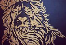 "Lion en ""String-art"" by DIMENSYON / Lion en ""String art"" de 110 x 110 cm sur fond en cuir noir by DIMENSYON"