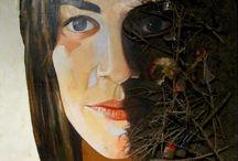 """""""ESSERE FANGO"""" - Personale di Mauro Podda / Mauro Podda nasce a Terralba nel 1959. Con queste opere raffiguranti una comunità, fa uscire quell'anima nera, non più catafratta nella nostra ipocrisia e identità, la rende esplicita rappresentandola con quella materia alluvionale che esce da noi stessi per distruggere la natura e infine il nostro stesso mondo. Così questi volti vengono ricoperti di fango che parte dal nostro interno, come il fango che distrugge la natura, allaga i campi e le case e miete vittime umane."""