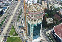 """Z cyklu """"ULMA na świecie"""": Wieżowiec """"Torre Begonias"""" w Peru. / W Limie powstał 120-metrowy biurowiec o wartości blisko 50 mln dolarów. Składa się z 26 kondygnacji nadziemnych o powierzchni 1200 m2 każda oraz 8 podziemnych o powierzchni 4000 m2, z których najgłębiej położona znajduje się ponad 30 m pod poziomem terenu. Do dyspozycji najemców znajduje się prawie 30 tys. m2 powierzchni biurowej, 5,5 tys. powierzchni handlowej oraz 29 tys. m2 przeznaczone na parkingi. Dostawcą systemów deskowań i rusztowań na tę budowę była ULMA Encofrados Perú S.A."""