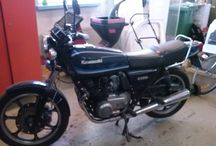 nykyiset ja vanhat moottoripyörät