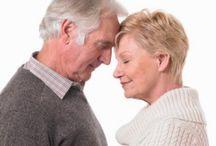 Los adultos mayores y la sexualidad / El envejecer no necesariamente significa el final de su actividad sexual. La valoracion de la sexualidad en el anciano de ambos sexos, incluye un enfoque multiple pues implica un factor que influye de forma negativa sobre la actividad sexual.