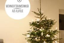 Weihnachtsbäume und Kränze
