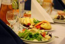 Банкеты / Банкет – официальный и торжественный формат выездного обслуживания, при котором гости сидят за красиво сервированными столами, а официанты осуществляют подачу и смену блюд, напитков. Идеальный вариант для проведения празднования Нового Года, Дня компании, свадьбы или юбилея. Высокий уровень кухни и галантное обслуживание – визитная карточка банкетов от «Бон Кейтеринг»!
