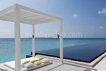 Cheval Blanc Randheli / Cheval Blanc Randheli, 2013 yılında kurulan resort ultra lüks hizmet vermektedir.  Ana adaya bağlı 4 ada daha vardır ve villalar bu adalar üzerine konumlandırılmıştır.  Adanın etrafını çevreleyen lagünün sığ ve derin alanlarında bulunan mercan resiflerini şnorkel turuyla görebilirsiniz. Tesis hakkında daha detaylı bilgi için; http://www.maldiveclub.com/maldivler-otelleri/cheval-blanc-randheli