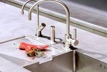 Simplehuman Zeepdispensers / Hygiënisch, praktisch & een lust voor het oog! Simplehuman sensor zeepdispensers komen in 2 verschillende versies: Een versie met batterijen en één die je kunt opladen. Het design is een ware toevoeging voor elke badkamer en/of keuken.