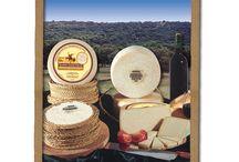 C.R.D.O.P. Queso Manchego / El Queso Manchego es un queso de pasta prensada elaborado con leche de oveja de la raza manchega, con una maduración mínima de 30 días, para quesos con peso igual o inferior a 1,5 kg, y de 60 días, para el resto de formatos, y máxima de 2 años. La leche está exenta de productos medicamentosos, que puedan incidir negativamente en la elaboración, maduración y conservación del queso.