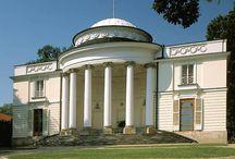 Natolin - Pałac / Pałac w Natolinie został wybudowany na zlecenie Augusta Czartoryskiego według projektu Szymona Bogumiła Zuga w latach 1780-1782. W 1782 pałac odziedziczyła Elżbieta Lubomirska. W 1799 stał się własnością córki Lubomirskiej – Aleksandry i jej męża Stanisława Kostki Potockiego. W 1805 należał do ich syna Aleksandra i jego żony Anny Tyszkiewicz. Od 1892 do 1945 pałac należał do Branickich. W 1945  stał się rezydencją  Bolesława Bieruta. Obecnie w pałacu znajduje się Centrum Europejskie.