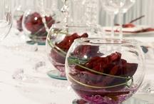 """""""Klassik Kristall Rot"""" für Hochzeitstafeln / Die Tischdekoration """"Klassik Kristall Rot"""" setzt romantische Elemete in Rot perfekt in Szene. Festliche Airlaid-Servietten, rote Rosen mit Spiegeluntersetzern und Dekobrillianten lassen die Tafel zu einem stimmigen Gesamtbild verschmelzen. Erhältlich unter meine-hochzeitsdeko.de"""