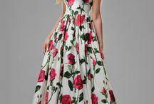 """Abendkleid mit Rosen, Maxikleid / Das Kleid """"Diana"""" ist aus natürlicher Baumwolle gefertigt worden, um der Trägerin gerade im Sommer eine hohe Atmungsaktivität des Materials zu offerieren. Aufgrund der Verarbeitung von Satin im Kleid besticht dieses durch einen leichten Glanz, welcher die großen pinken  Rosen noch besser in den Vordergrund stellt.  Tragen Sie das liebevoll gestaltete Kleid zur Cocktailparty oder auf der Hochzeit Ihrer besten Freundin und beeindrucken Sie andere Menschen mit Ihrem exquisiten Geschmack."""