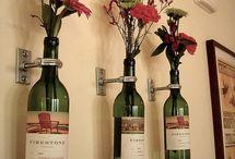 Bloemen in wijnflessen. / Wijnflessen aan de wand.