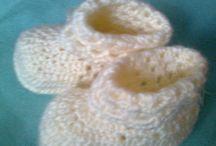 ruční práce / bačkůrky a ponožky pro miminka , svetříčky , soupravy a vestičky pro roční až dvouletá batolata