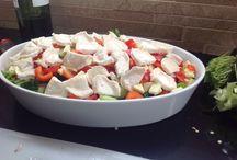 Viettelijän vuohenjuusto / Jääsalaattia, rucolaa, kurkkua, punasipulia, paprikaa ja kesäkurpitsa, vuohenjuustoa, sitruuna ja mustapippuria.