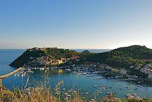 Porto Ercole un borgo incastonato nella cornice del promontorio dell'Argentario / Navigando sul mare cristallino della Toscana a 28 miglia dal Porto della Maremma si arriva a uno dei luoghi più suggestivi dell'Argentario