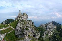 Urlaub in den Alpen am Fuße des Wendelstein / Der Wendelstein, ein 1838 m hoher Berg in #Bayern ist ein beliebtes #Ausflugsziel für #Wanderurlaub nahe München mit herrlicher Aussicht ins Bayerische Alpenvorland. Schon bei der Anreise ist das markante Wendelsteinmassiv erkennbar, an dessen Fuß die malerischen Täler von Leitzach und Inn sowie das zauberhafte Naturhotel Tannerhof liegen. Der Gipfel des Wendelsteins ist über die Talorte Bayrischzell zu Fuß, von Brannenburg mit der Zahnradbahn und von Osterhofen mit der Seilbahn erreichbar.