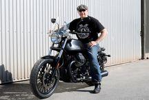 Moto Guzzi V9-Customizing by Doc Jensen / Erst seit Mai 2016 zu haben - von Doc Jensen bereits umgebaut: MOTO GUZZI V9  Die Motorvariante und das Gewicht gefielen unserem Kunden Thomas sehr gut. Wenn da nur etwas mehr Tankvolumen, eine komfortablere Sitzbank und ein besseres Handling durch ein anderes Vorderrad beim neuen V9-Bobber wären... Klar, dass wir mit einem Umbau weiterhelfen konnten.  Since May 2016 available - by Doc Jensen already customized: Moto Guzzi V9