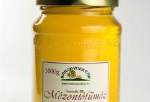 Mézontófűméz, facéliaméz / A mézontófű egy szántóföldi növény, mely lila táblaként pompázik júniusban. A mézontófűméz jellegzetes zamatú, lassan kristályosodó méz.