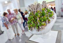 just chrys in Chemnitz / Die Chrysantheme ist ein echter Blütenstar. Auf der Messe Floristik+Trend/Visuell+Trend Ende Juli in Chemnitz hat sie unser Chrysanthemen-Botschafter und Floral-Designer Oliver Ferchland toll in Szene gesetzt. Willkommen in der Welt der Chrysantheme!