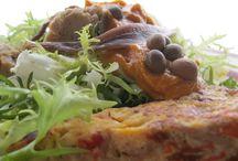 Xató / Fotografies de plats de xató.  El xató és un plat tradicional català, originari de la zona de l'Alt Penedès, el Baix Penedès i el Garraf. S'elabora amb escarola, peix dessalat (tonyina, bacallà, anxoves o seitons) i olives i es serveix amb una salsa feta amb ametlles, avellanes, all, nyores, pa, vinagre, oli d'oliva i sal.