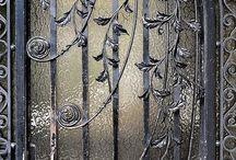 Bejárati ajtók, kapuk, kilincsek, kopogtatók
