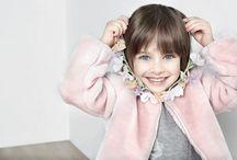 ELSY AI 2015-16 Tema Candy Color Linea Baby / Per la linea baby del tema CANDY COLOR le texture morbide, ma allo stesso tempo calde e leggere, i dettagli femminili e i colori polverosi sono la ricetta per look caldi e glamour. La pelliccia eco fur impreziosisce il tema colore, grazie al sapiente abbinamento con il tulle, declinato su vaporose gonne tutù o utilizzato come dettaglio ad arricchire romantici abitini da indossare con leggings luccicanti.