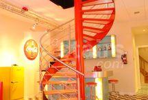 EeStairs: «Красивая лестница - венец интерьера» / Французская компания StairEes разрабатывает и устанавливает лестницы для частных и общественных интерьеров, офисных и производственных зданий. Подход к дизайну частного интерьера зависит от задач, поставленных клиентом — в одном случае требуется подчеркнуть достоинства и монументальность архитектуры здания, в другом на первый план выходит функциональность и удобство лестницы, в третьем — рациональное, сберегающее пространство размещение