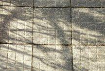 Světlo a stíny zahradní architektury na chodníku: Václav Kovalčík, Zlín / Světlo a stíny zahradní architektury na chodníku v březnu 2018...