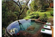 połączony basen ze zbiornikiem na deszczówkę z odpływem w głąb ogrodu