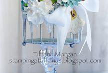 jaula  con flores azules