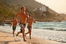 Puerto Vallarta, México / Puerto Vallarta es una ciudad cosmopolita que atrae a más de 3 millones de visitantes al año, y al mismo tiempo logra mantener lo autóctono de la arquitectura mexicana. Es un lugar de grandes contrastes entre lo colonial y lo moderno, la selva y la costa, la diversión y la relajación. Vallarta les ofrece a sus visitantes una gran variedad de actividades y lugares de increíble belleza, que harán que sus vacaciones se conviertan en una experiencia inolvidable.