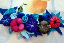 collar babero / Collares en forma de babero, realizados en fieltro y tela