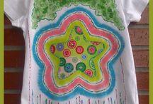 Camisetas niñas- Talento x2 / Originales camisetas pintadas a mano alzada para niñas, combinando tela y pintura o pintura en relieve, solo en Talentox2 Moda, tu tienda de ropa original. Diseños personalizados con gusto exquisito. #camisetasinfantilespintadasamano #camisetaspintadasamano #pinturaentela #tiendademodainfantil #artesaniatiendademodatalentox2 #camisetasdecoradas #camisetasilustradas #talentox2modacamisetaspintadas #bonitascamisetaspintadas #masquecamisetas #diseño #arte #ilustracion #modaniños #camisetaschulas