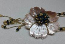 I Gioielli / Gioielli realizzati in oro e pietre preziose quali brillanti, rubini, zaffiri, smeraldi...