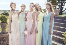 Brautjungfernkleider / Brautjungfern habe eine lange Tradition und werden auch heutzutage gerne noch gewählt, da sie der Braut nicht nur am schönsten Tag zur Seite stehen, sondern auch gerne bei den Vorbereitungen um Hilfe gebeten werden... Bist auch du noch auf der Suche nach den perfekten Brautkleidern? Dann schau dir hier unsere Vorschläge an und lass dich inspirieren <3